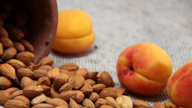Чем полезны косточки от абрикосов